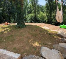 ça manquait un peu de verdure... Petit espace engazonné sous le cerisier pour profiter un peu d'herbe cet été... ça pousse Le reste du jardin suivra à la fin de l'été.