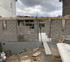 Élévation des murs du rez-de-chaussée en cours en façade avant