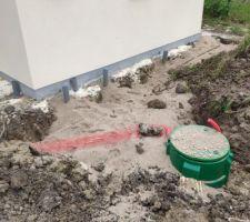 Mise en place de la cuve pour la station de relevage car on est au final 10 cm trop pour faire une évacuation des eau usée de façon gravitaire