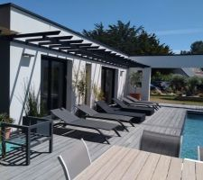 Création d'une avancée type pergola. Afin d'apporter un peu d'ombrage et un effet décoratif de la terrasse.