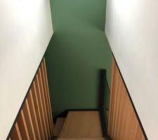 Escalier posé et fini avec garde corps en verre.