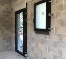 Première pose de fenêtres et portes extérieures. Cuisine et WC