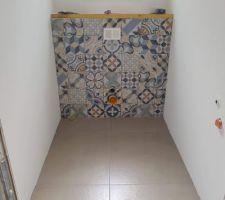 Carreaux de ciment colorés pour l'habillage du wc