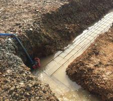 Pompe qui n'évacue pas assez l'eau des fouilles pendant le coulage des fondations