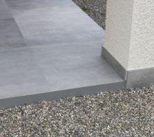 Terrasse, détail d'une plinthe extérieure demandée (et plus haute) pour protéger le bas du pilier