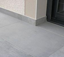 Rez, les seuils béton des 2 baies de la terrasse ont été rechargés pour être carrelés au même niveau, mais avec une très légère pente et en conservant le vide de dilatation