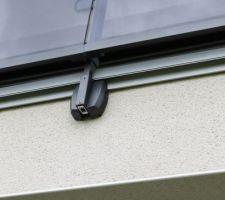Balcon, carrelage, détail profilé «goutte pendante», avec fixation existante du garde-corps
