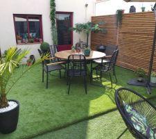 Notre terrasse avec pelouse synthétique.