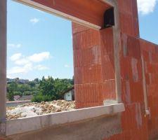 Pose des appuis de fenêtres et enduit sur les encadrements.