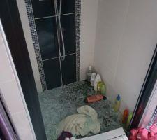 Paroi de douche pulvérisée par le sèche serviette