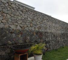 Vue du mur de soutènement depuis le terrain du voisin