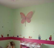 Les murs verts de la salle de jeux ont été agrémentés de stickers princesse et d'une bande de vénilia rose.