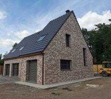 Pavés suite, la terrasse c'est pour après dans un style un peu plus moderne en 60X60 et rapprochant des briques !!