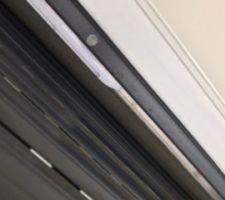 Espace entre volet et fenêtre : caisson apparent