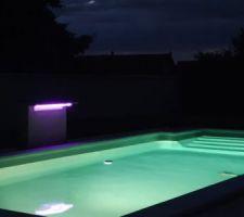 Un magnifique bain de minuit avec jolie éclairage et une eau à 25 degrés
