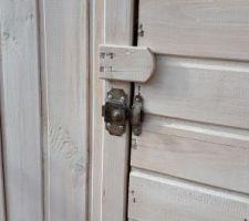 Pose d'un verrou pour empêcher la porte de s'ouvrir toute seule