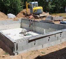 La construction de la piscine suit son cours