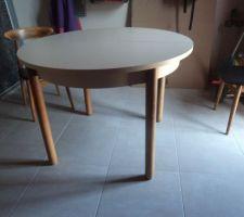 A vendre table de cuisine diamètre 1mètre avec rallonges centrales de 0.35 plateau mélaminé couleur coquille d'oeufs  pas abimé