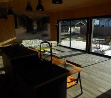 Vue de la zone de vie intégrant un espace cuisine type Américain