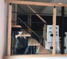 Escalier hetre avec barraudage noir / vitrage pour garde corps vide sur hall