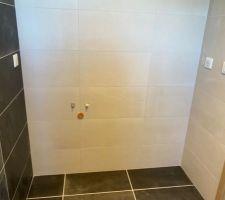 Salle de bain parentale Suppression d'une des deux arrivées d'eau (alors, ils ont mis du joint gris pour refaire la faïence, non ?)