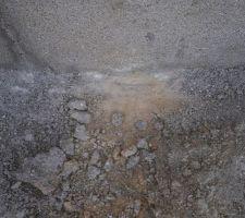 Les semelles de fondations étaient maculées de terre suite à la longue période de confinement. Nous avons gratté au pied du mur pour voir si elles avaient été nettoyées avant la pose du premier rang. Je vous laisse juger par rapport à cette photos...