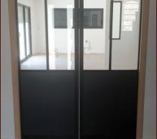 Porte atelier montée. Par contre encadrement en noir ou en blanc ?