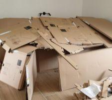 Quand les enfants font une cabanne avec les cartons des aménagements des placards.