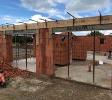 Coulage de béton dans le mur pour réalisation du poteau et maintiens du mur + coffrage des linteaux
