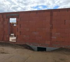 Coulage de béton dans le mur pour réalisation du poteau et maintiens du mur