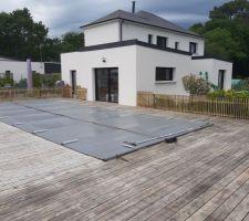 La piscine et une partie de la terrasse