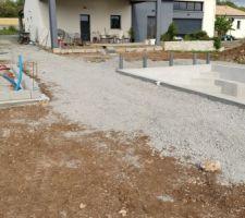 Préparation de la dalle du poolhouse creusée à la minipelle et piscine maçonnée