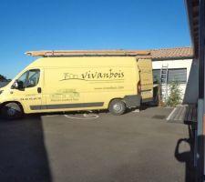Camion de l'entreprise Vivanbois qui a réalisé la pose des closoirs et la réparation du verrou automatique du volet roulant ...........