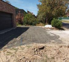 Démarrage des travaux de terrassement pour l'allée et le côté de la maison (carport prévu sur tout le pignon de la maison.