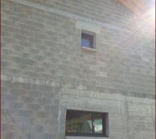 Fenêtres osilo-battante avec ouvrant décentré.