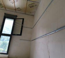 Mise en place du projeté sur les murs pour isolation à l'air.