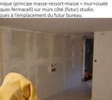 Isolation phonique (principe masse-ressort-masse = mur+ouate cellulose+plaques fermacell) sur murs côté (futur) studio.Gaine électriques à l?emplacement du futur bureau.