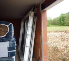 Surprise du jour : les baies vitrées ont été enlevées ! Le maçon est revenu baisser les seuils.