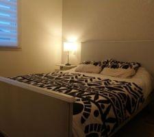 Home staging du lit, papier peint et nouvelles tables de chevet suspendues