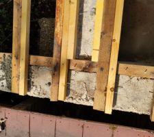 Avant remplissage entre pannes de béton léger, mise en place de clous permettant de fixer le béton