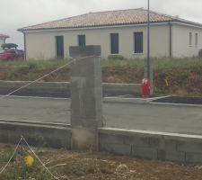 On a monter notre pilier plus celui de la voisine afin de pouvoir faire notre clôture.
