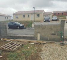 On a monter un mur en plus côté portail afin de coffrer le boitier compteur.