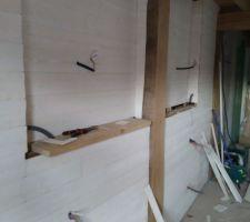 Mur en lambris sur ossature bois. Une ta blette en chêne viendra couper le mur en 2