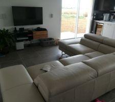 Salon avec canapé angle grand format et meuble TV+home cinéma