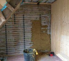 Pas de radiateurs, mais des murs chauffants avec enduit en terre, sable et un peu de fibres courtes de chanvre.