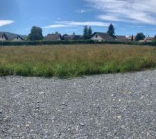 Voilà notre terrain nu  Assez bien agencer  Terrain plat et surtout pas d arbre à couper !