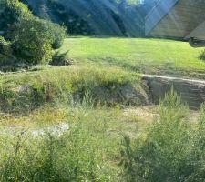 Extérieurs côté RDJ / zone de vie Emplacement future piscine semi-enterrée