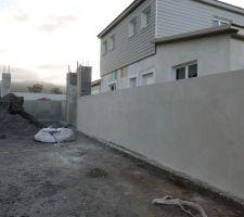 Mur de clôture enduit
