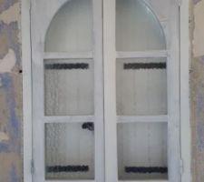 Une des fenêtres du cabanon en cours de peinture