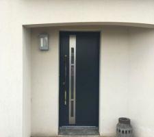 Choix de la porte d'entrée : Modèle Effigie avec barre de tirage de chez Kline.
